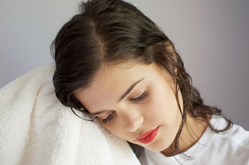 Nên sử dụng khăn mềm để lau tóc