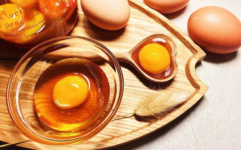 Mật ong khi kết hợp cùng trứng gà sẽ giúp chị em có mái tóc mềm mượt, óng ả