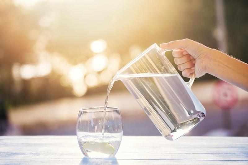 Để hấp thụ vitamin C tốt hơn, bạn hãy nhớ uống đủ 2 lít nước mỗi ngày