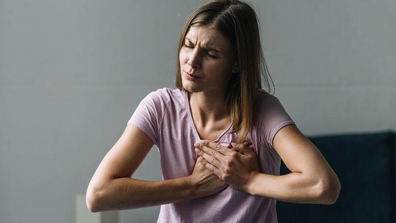 Người bị nhồi máu cơ tim thường cảm thấy khó chịu ở vùng ngực giữa