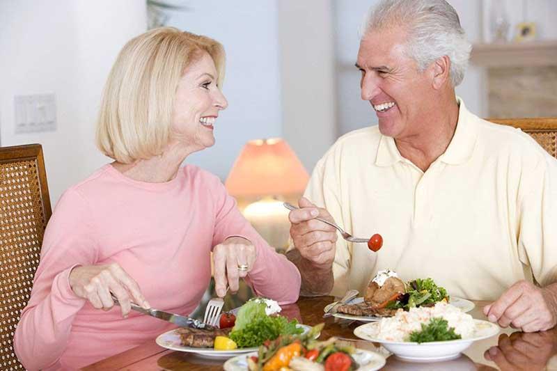 Để nâng cao sức khỏe, người cao tuổi có thể dùng các thực phẩm chức năng bồi bổ cơ thể