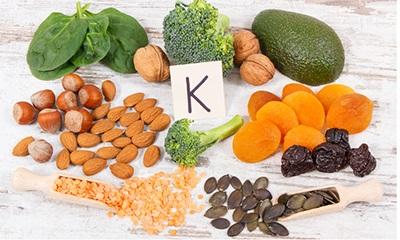 Vitamin K là gì? Tác dụng, biểu hiện thiếu hụt và cách bổ sung