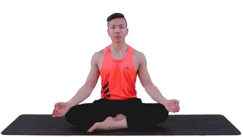 Bài tập yoga cho người thoái hóa khớp gối - Tư thế bắt chéo chân