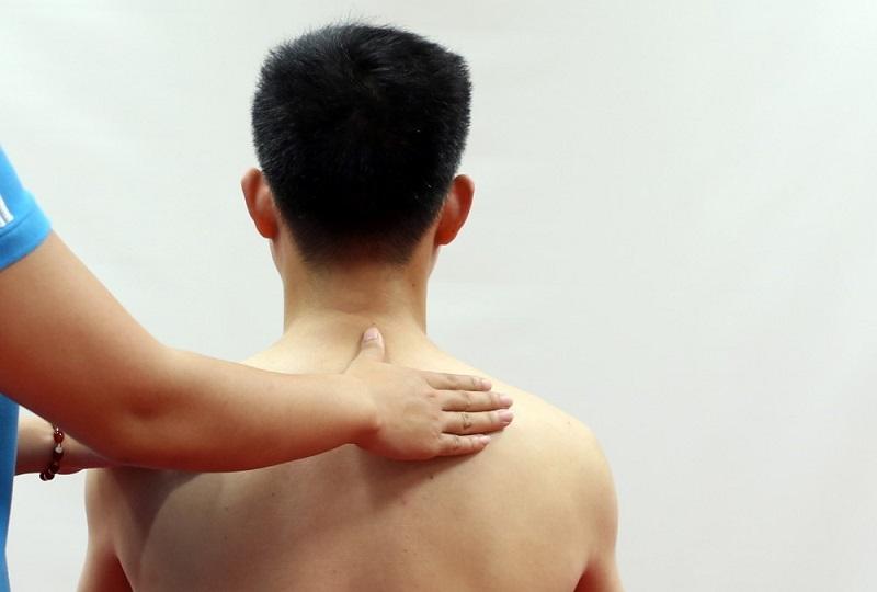 Người bệnh cần có tư thế đúng để việc bấm huyệt đạt hiệu quẩ