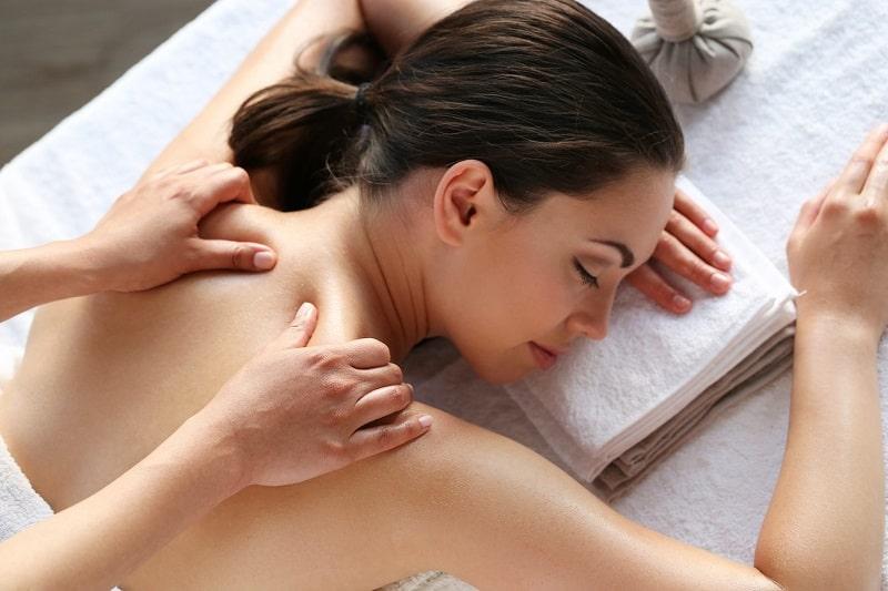 Bấm huyệt chữa đau vai gáy là cách điều trị bảo tồn đơn giản, hiệu quả
