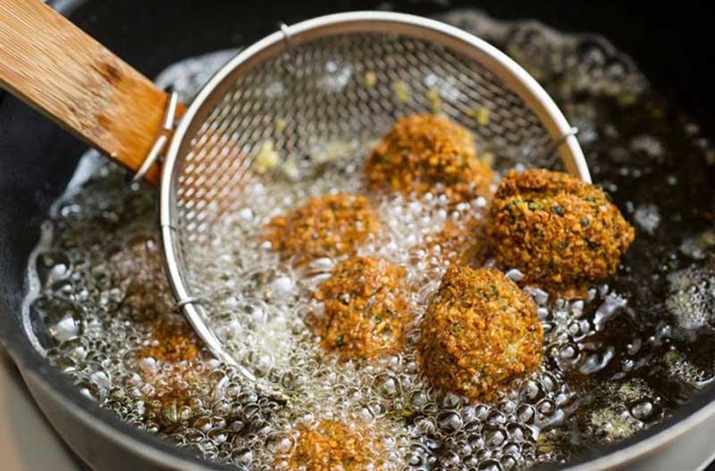 Đồ ăn chiên xào nhiều dầu mỡ là những thực phẩm người bị mụn bọc không nên ăn