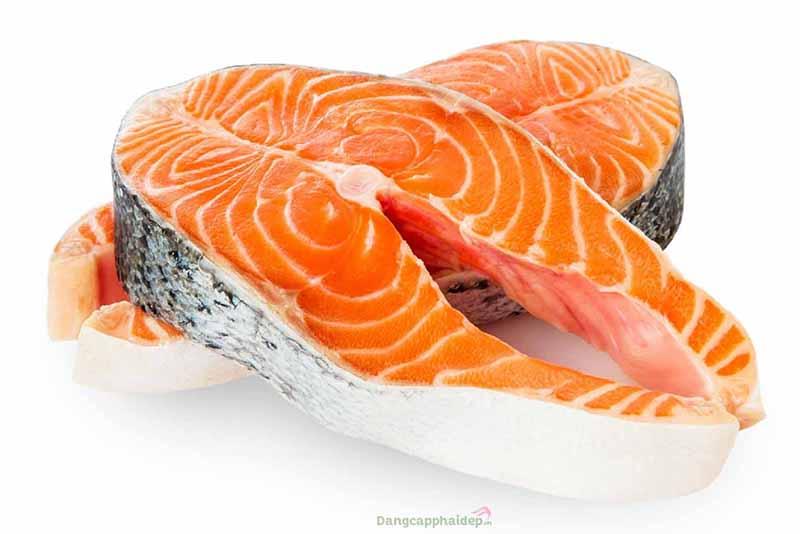 Người bị mụn mủ nên ăn cá hồi