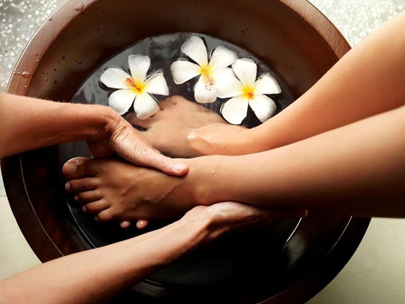 Massage và ngâm chân sẽ giúp thúc đẩy lưu thông máu và giảm thiểu tình trạng mệt mỏi cũng như mất ngủ.