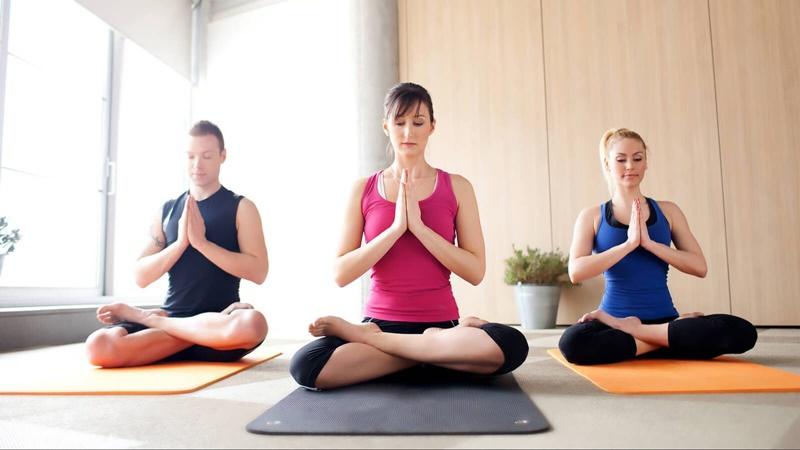 Những bài tập Yoga nhẹ nhàng cũng là cách trị mất ngủ tại nhà đơn giản.