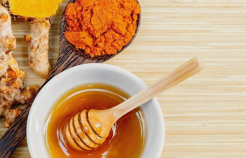 Trị tàn nhang hiệu quả bằng tinh bột nghệ và mật ong