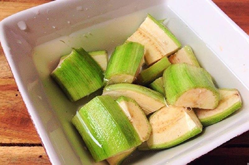Người bệnh có thể lọt vỏ rồi ngâm chuối xanh với nước muối rồi dùng trực tiếp để chữa đau dạ dày