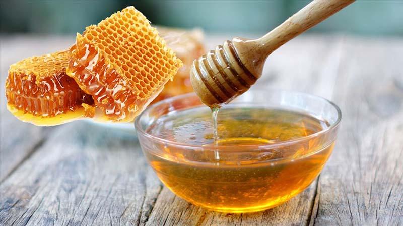 Kết hợp mật ong với bột chuối xanh là một trong những bài thuốc dân gian cho hiệu quả tốt nhất