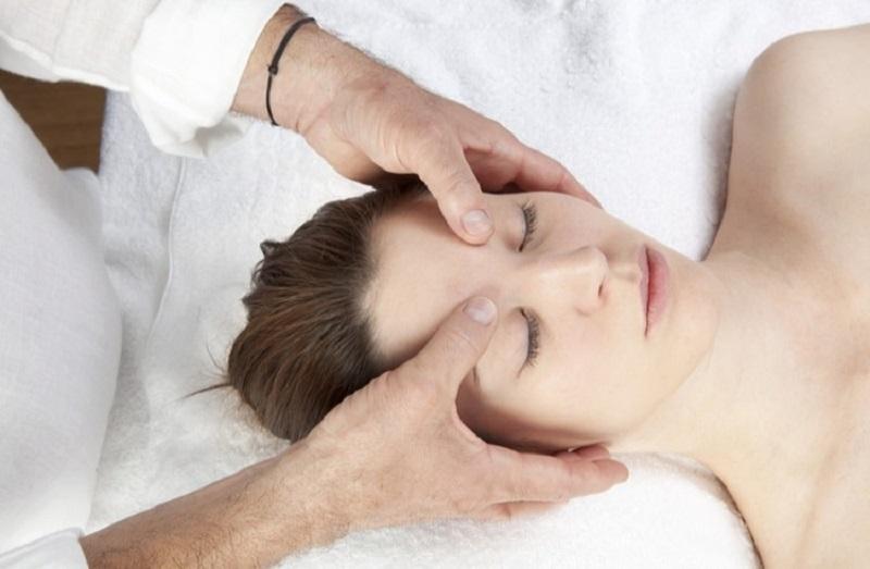 Các động tác bấm huyệt chữa đau đầu không khó để thực hiện, vì vậy bạn có thể nhờ đến sự trợ giúp của người thân hay bạn bè