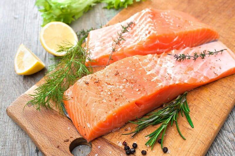 Cá hồi có tác dụng giảm viêm, hỗ trợ cho sự phát triển của não bộ và hệ thần kinh.