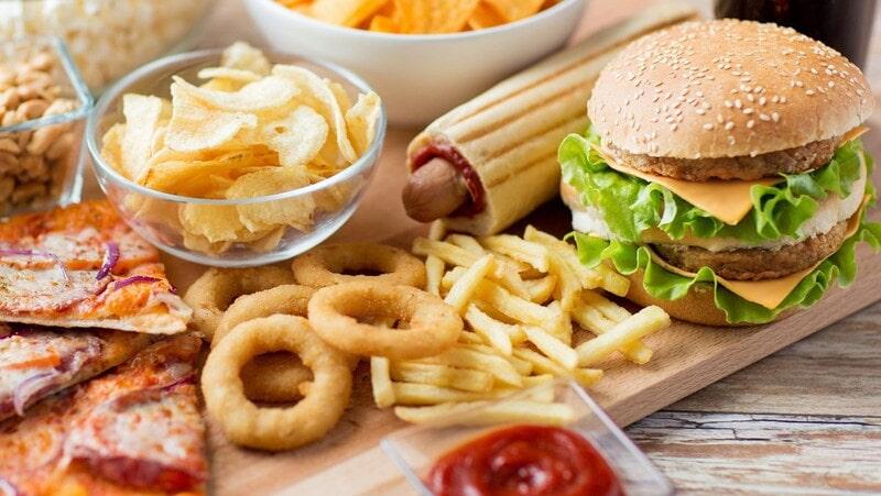 Thức ăn nhanh và đồ hộp cũng là một trong những nguyên nhân gây ra bệnh đau đầu.