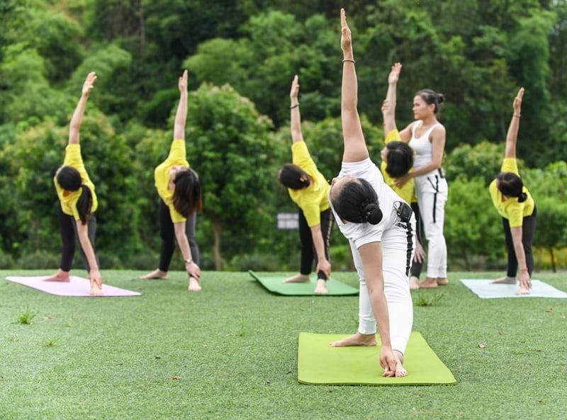 Tư thế này sẽ giúp bạn kéo giãn các cơ và kích thích các chức năng của cơ thể.