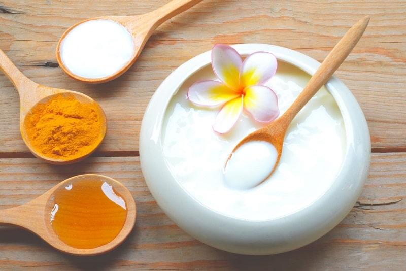 Đắp mặt nạ trị mụn sưng đỏ bằng sữa chua và nghệ giúp bạn có làn da mịn màng hơn