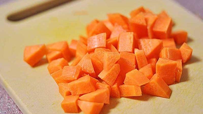 Sử dụng mặt nạ cà rốt dưỡng da đơn giản tại nhà