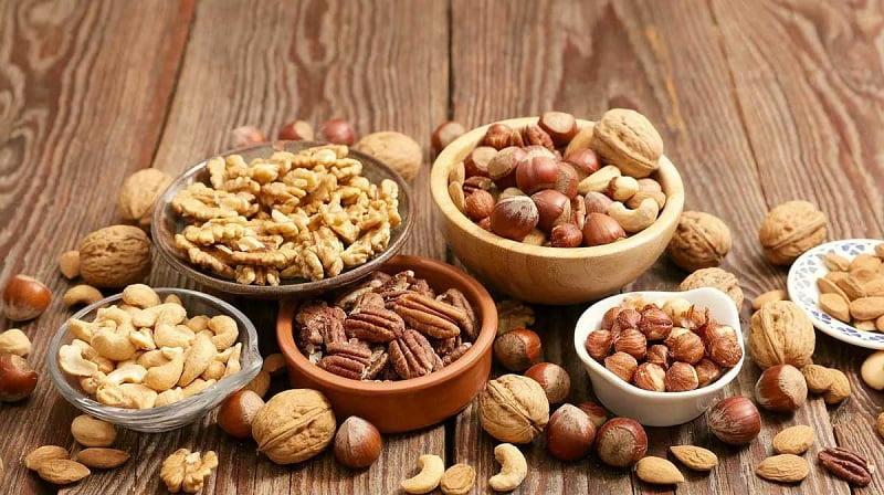 Đối với làn da mụn, bạn nên tăng cường ăn các thực phẩm có lợi cho làn da như các loại hạt họ đậu