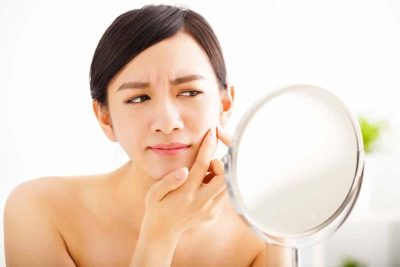 Mụn sưng đỏ không nhân có thể do nhiều nguyên nhân gây ra điển hình là rối loạn nội tiết tố, chăm sóc da không đúng cách