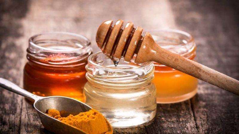 Giảm mụn bằng mật ong và nghệ