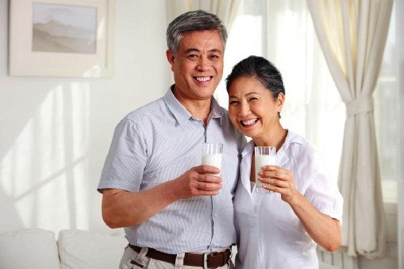 Cần bổ sung các loại sữa nhiều canxi và vitamin cho người bị loãng xương