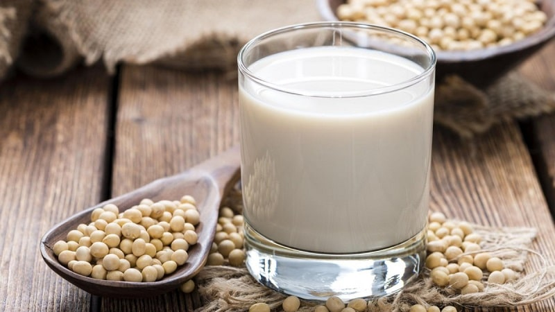 Sữa đậu nành là sản phẩm không thể bỏ qua khi tìm kiếm sữa cho người bị thoái hóa cột sống