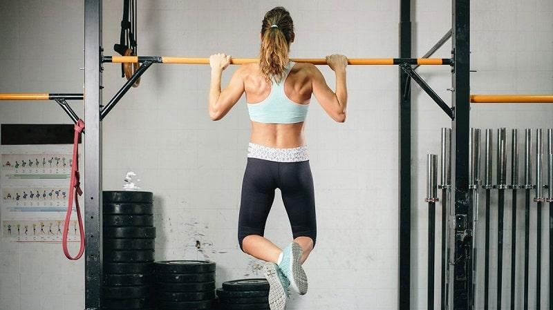 Khi tập người tập luôn phải giữ lưng thẳng để tránh ảnh hưởng đến cột sống