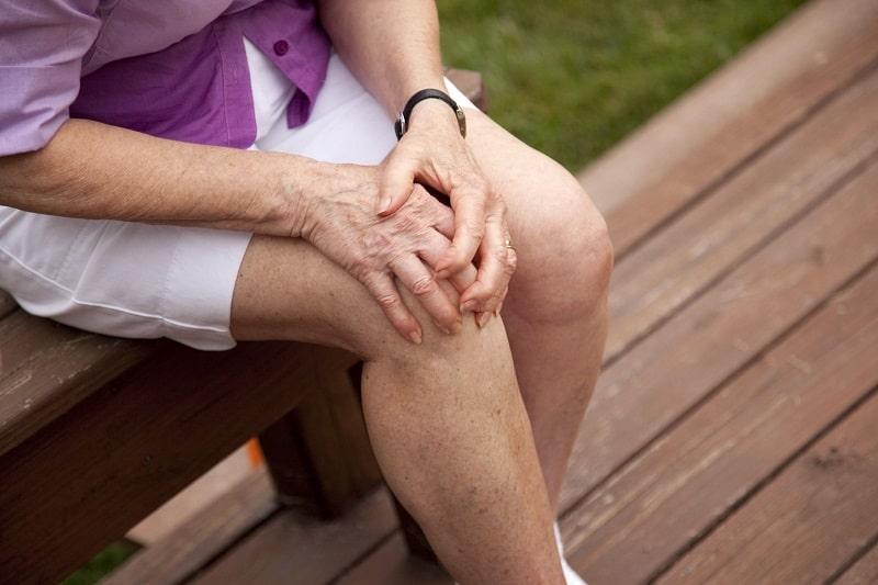 Người bệnh không nên đi quá sức và cần nghỉ ngơi khi có triệu chứng đau