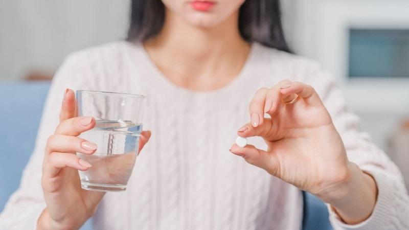 Bạn chỉ nên dùng thuốc với nước trắng và dùng đúng liều lượng được quy định