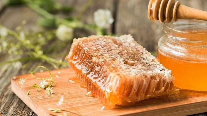 Mật ong được đánh giá có khả năng trị mụn ẩn rất tốt