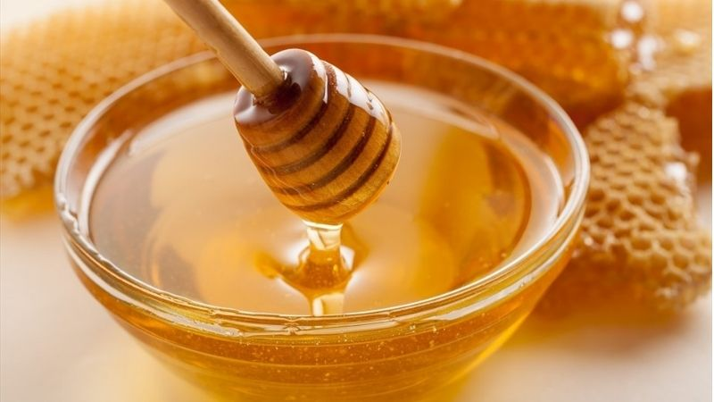 Bôi trực tiếp mật ong nguyên chất giúp giảm mụn ẩn