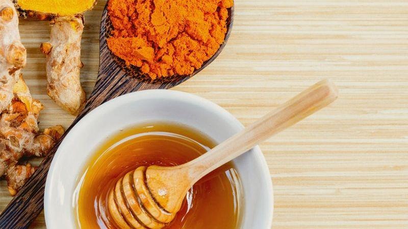 Nhiều người lựa chọn trị mụn ẩn bằng mật ong và tinh bột nghệ