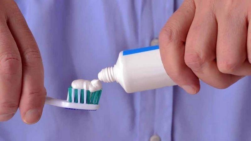 Bạn nên dùng các loại kem đánh răng màu trắng để thoa lên da