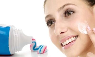 Cách trị mụn thâm bằng kem đánh răng mang lại hiệu quả tốt