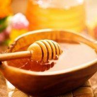 trị mụn thâm bằng mật ong