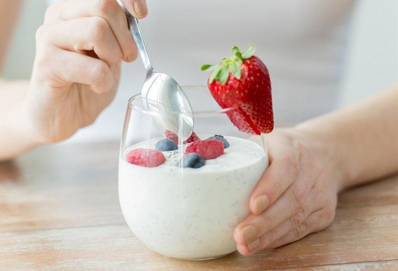 Có thể ăn kèm sữa chua với hoa quả tươi để tăng thêm công dụng