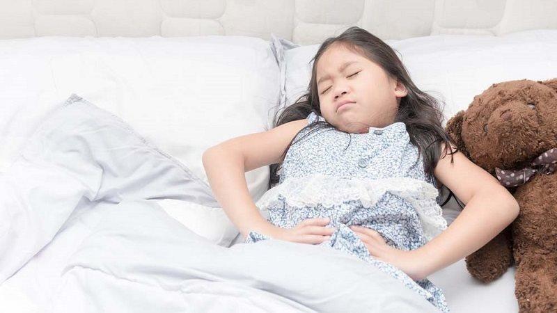 Trẻ thường có các triệu chứng đau bụng, ợ hơi, quấy khóc