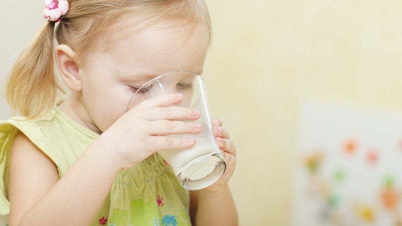 Nên cho trẻ uống nhiều nước để cải theinej tình trạng bệnh