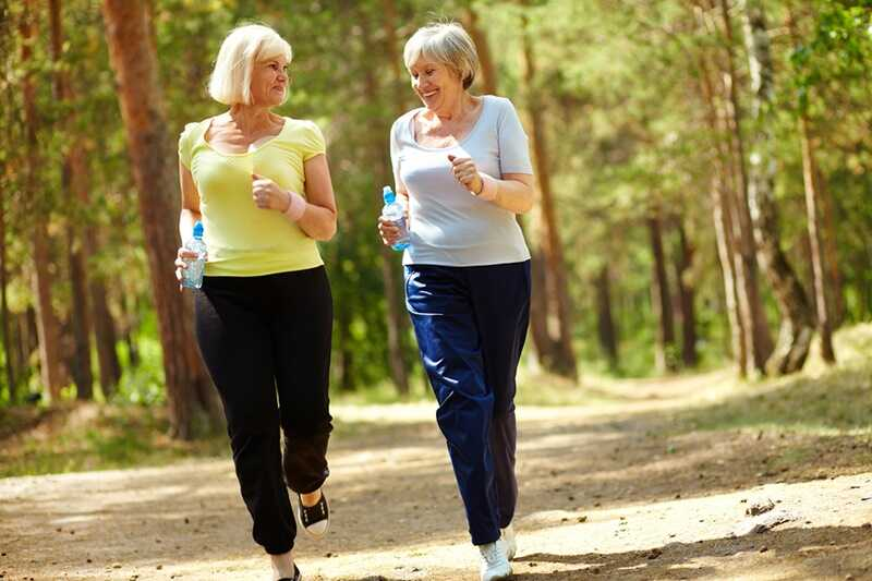 Những bài tập nhẹ nhàng như đi bộ phù hợp với người bị thoái hóa đốt sống lưng