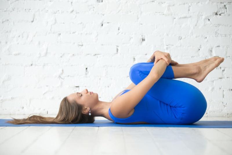 Bài tập gập gối giúp kéo giãn cột sống