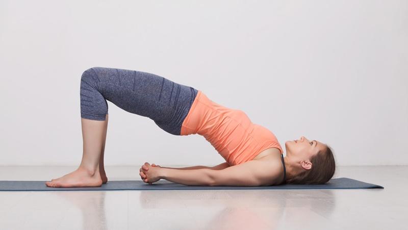 Bài tập tư thế cây cầu giúp căng giãn cơ lưng