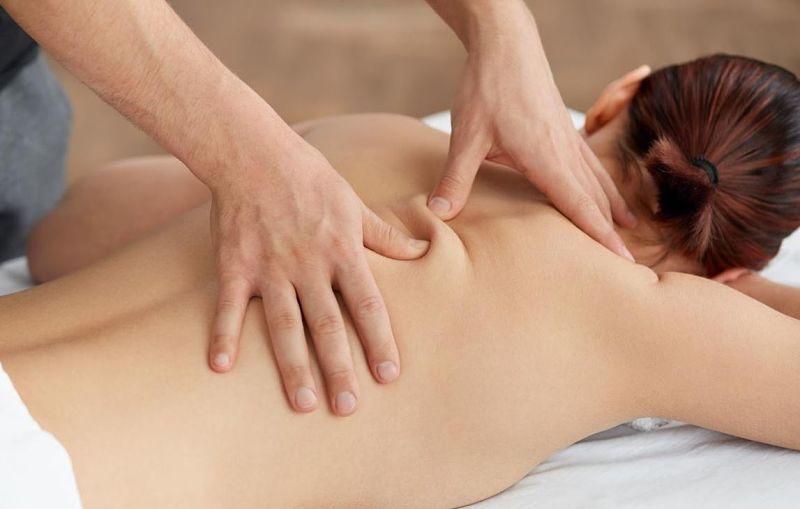 Massage là phương pháp có thể giúp cải thiện một số triệu chứng của tình trạng thoát vị đĩa đệm