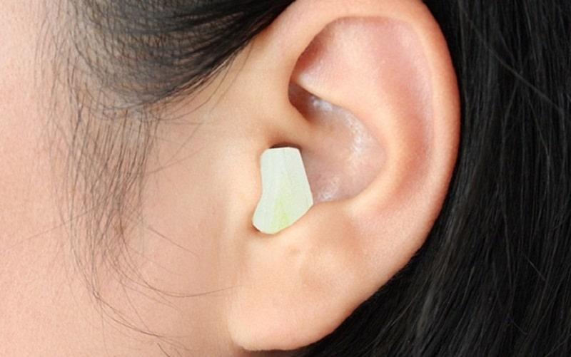 Người bệnh cũng có thể nhét tỏi vào lỗ tai để mang lại hiệu quả giảm đau tốt