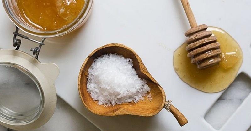 Cách chữa mất ngủ bằng mật ong và muối hạt là một mẹo hay có thể áp dụng