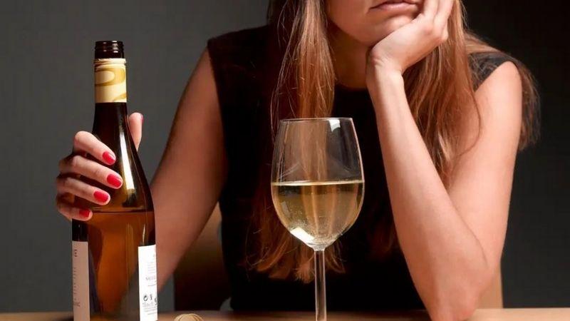 Tránh dùng các đồ uống có cồn để không làm mặt béo hơn