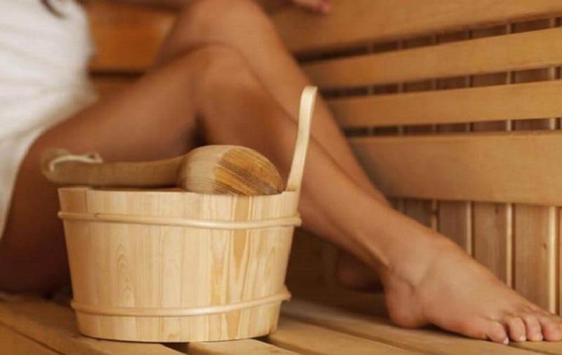 Sử dụng nước lá trầu không để ngâm rửa, vệ sinh hậu môn hàng ngày ở người bệnh trĩ là phương pháp rất phổ biến
