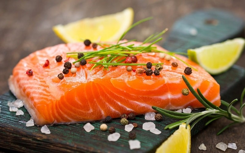 Cá hồi bổ sung nhiều vitamin D tốt cho xương khớp