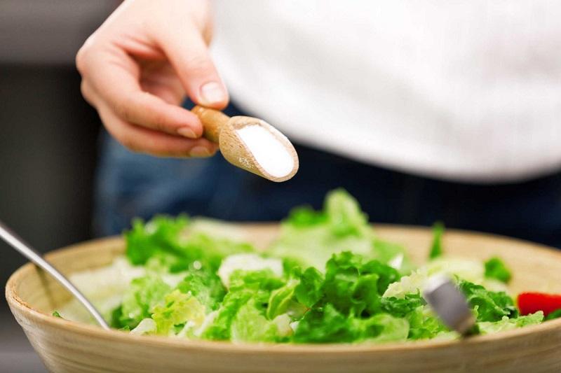 Người bị loãng xương nên tránh các thực phẩm nhiều muối