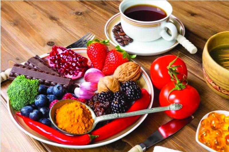 Người bị thoái hóa khớp gối nên ăn nhiều các thực phẩm như dâu tây, việt quất, mâm xôi, nho đỏ, nho đen,...